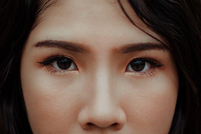 Bahaya pewarnaan alis dan bulu mata menurut pakar
