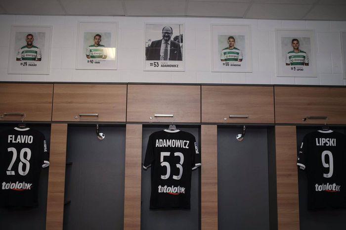 Jersey Lechia Gdansk untuk mengenang walikota Gdansk, Pawel Adamowicz yang dipakai saat melawan Pogon Szczecin dalam lanjutan Liga Polandia pekan ke-21 di Stadion Energa Gdansk, Sabtu (9/2/2019).