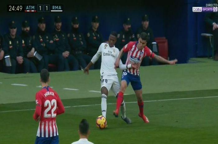 Anggel Corra dinilai melanggar Vinicius Junior sebelum gol Antoine Griezmann ke gawang Real Madrid