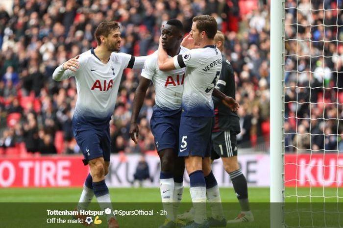 Trio pemain Tottenham Hotspur, Fernando Llorente (kiri, Davinson Sanchez (tengah), dan Jan Vertonghen (kanan), merayakan gol dalam laga pekan ke-26 Liga Inggris melawan Leicester City di Stadion Wembley, London, 10 Februari 2019.