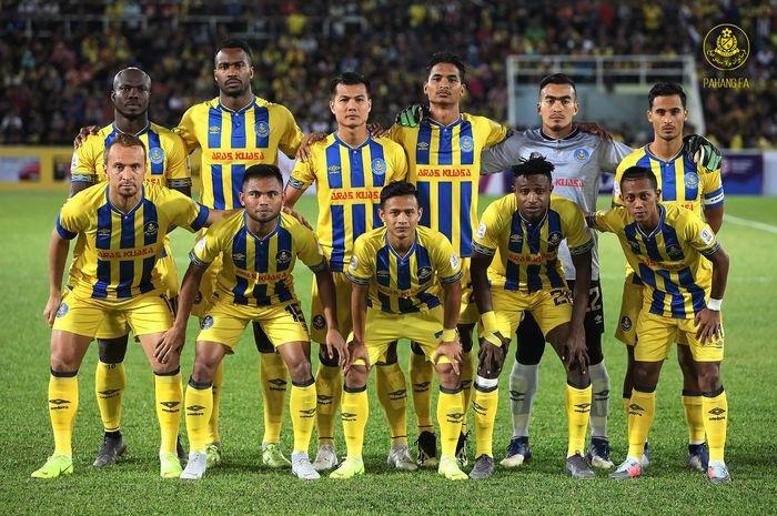 Pemain sayap Indonesia, Saddil Ramdani (depan dua dari kiri) bersama pemain Pahang FA sebelum menjamu Terengganu FA pada pekan kedua Liga Super Malaysia 2019 di Stadion Darul Makmur, 9 Februari 2019.