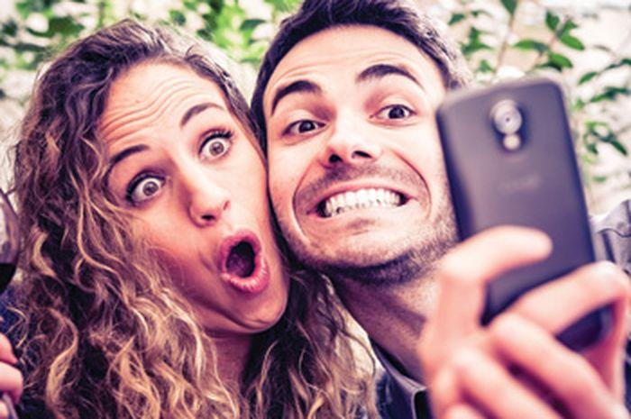 Pasangan Pamer Kemesraan di Media Sosial