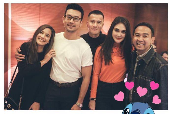 Foto kebersamaan Luna Maya dan Pevita Pearce bersama Denny Sumargo, Herjunot Ali dan Iwet Ramadhan.