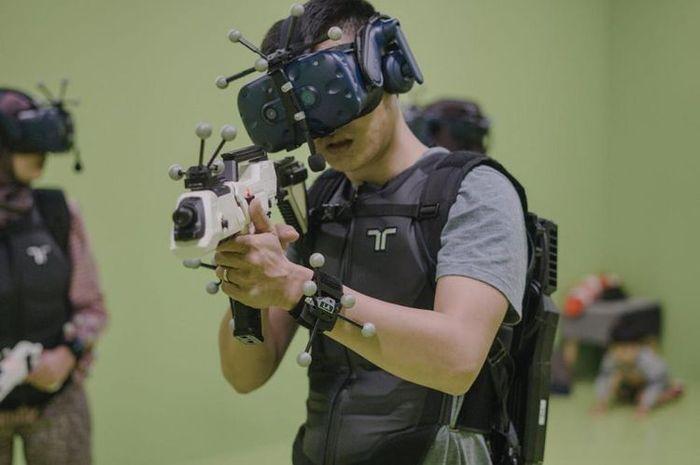 Seorang pemain tengah menjajal salah satu permainan full body immerdion VR yang dibawa ke Indonesia dari CoHive X Sandbox VR  Artikel ini telah tayang di Kompas.com dengan judul