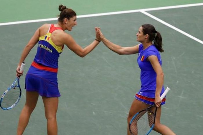 Pasangan ganda putri Rumania, Irina-Camelia Begu (kiri)/Monica Niculescu, melakukan selebrasi saat bertanding pada partai kelima kontra Republik Ceska pada ajang Fed Cup 2019.