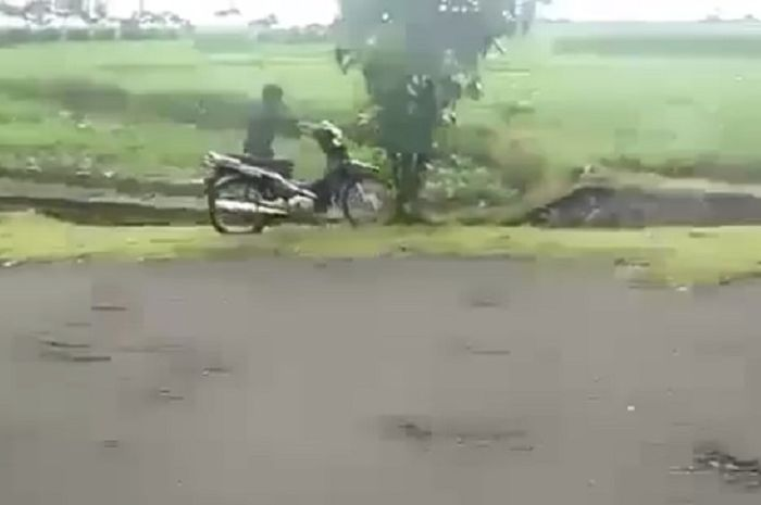 Seorang pengendara motor gagal melakukan aksi wheelie