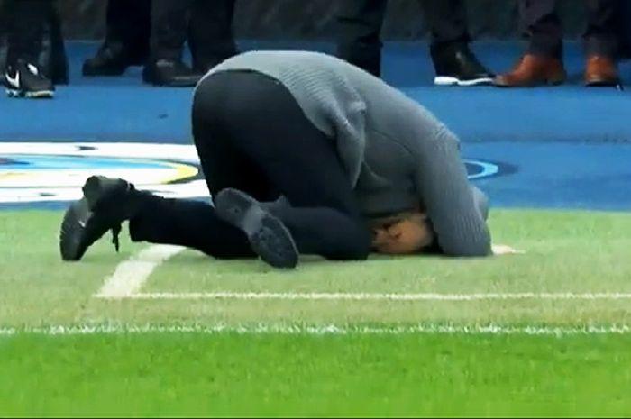 Pelatih Manchester City, Pep Guardiola, bersujud di tengah pertandingan melawan Chelsea pada pekan ke-26 Liga Inggris 2018-2019 di Stadion Etihad, Minggu (10/2/2019).