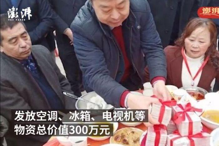 Miliarder ini bagi-bagi uang kepada warganya kampungnya di Hari Raya Imlek.