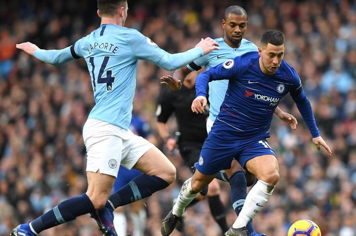 Eden Hazard ketika berusahan melewati hadangan dari para pemain Manchester City.