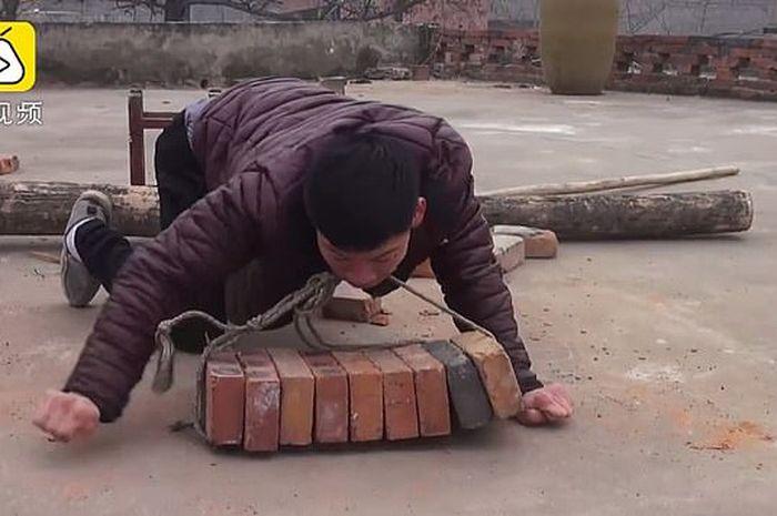 Shi Jungke pria yang mengangkut batu bata dengan mulutnya