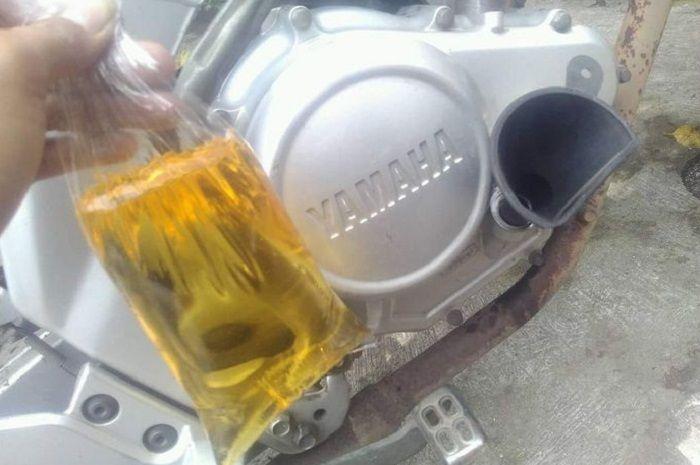 Ilustrasi mesin motor pakai oli dicampur minyak goreng.