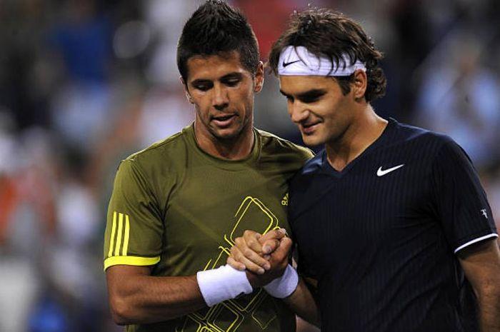 Petenis asal Spanyol, Fernando Verdasco (kiri) saat bersama petenis asal Swiss, Roger Federer (kanan).