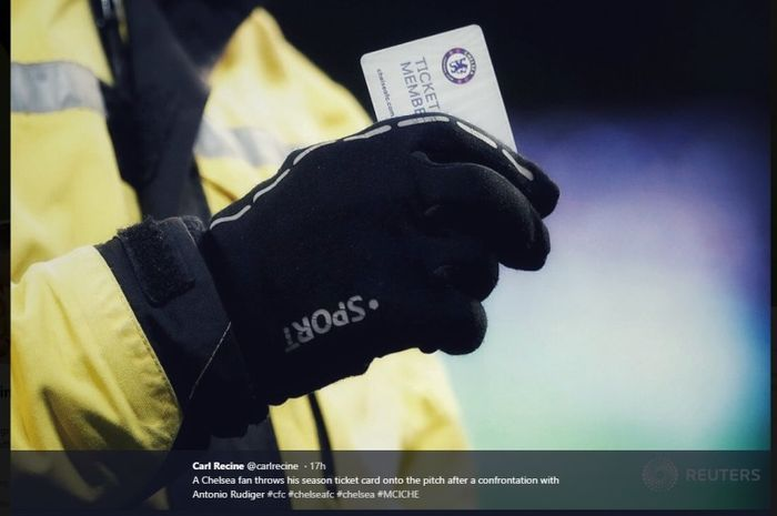 Seorang fan Chelsea membuang kartu keanggotaannya seusai tim kesayangannya kalah 0-6 dari Manchester City di Etihad Stadium, Minggu (10/2/2019)