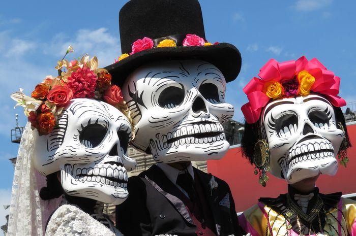 Ilustrasi tulang manusia dalam sebuah parade.