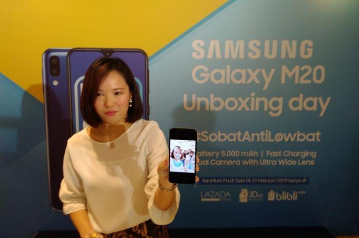 Product Marketing Manager Samsung Electronics Indonesia Ju Yong, memperkenalkan Samsung Galaxy M20