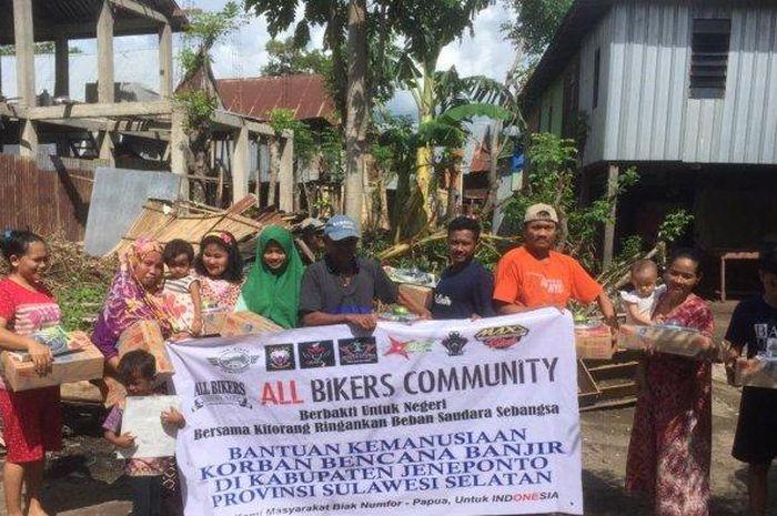 All Bikers Community Biak Numfor, Papua turut membantu korban banjir Jeneponto.