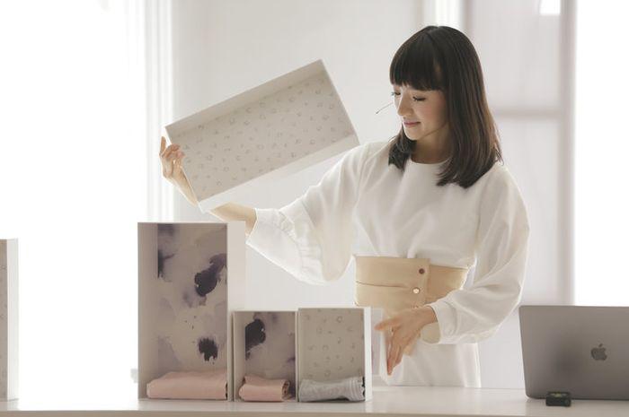 Dari Rumah Minimalis hingga Budaya, Ini yang Bikin Marie Kondo Jago Melipat Baju