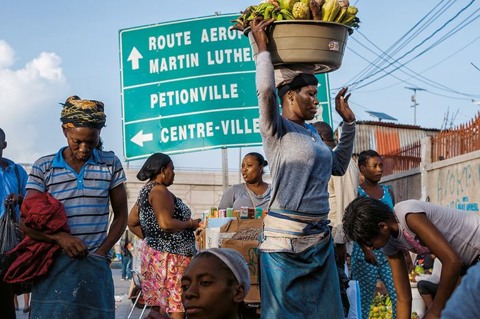 Port-au-Prince, Haiti AVENUE MARTIN LUTHER KING Penggantian nama pada 1968.  Pedagang asongan berkumpul di persimpangan jalan yang menyandang nama King dan pemimpin revolusi Haiti Toussaint L'Ouverture. Jalan-jalan lain di ibu kota Haiti menyandang nama para pejuang kemerdekaan, termasuk; Haile Sel