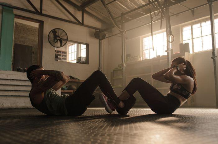 Sit-up merupakan salah satu olahraga yang dapat mengecilkan perut.