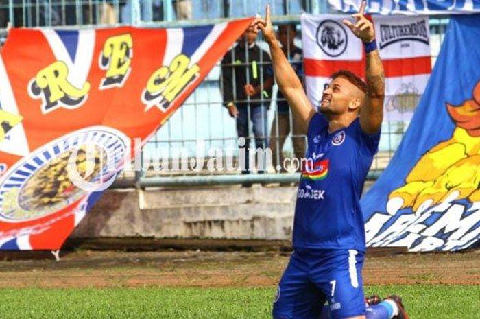 Striker Arema FC, Robert Lima Gladiator merayakan gol yang dicetak ke gawang Persita Tangerang dalam leg pertama babak 32 besar Piala Indonesia 2019 di Stadion Kanjuruhan Kepanjen, Kabupaten Malang, Sabtu (26/1/2019).