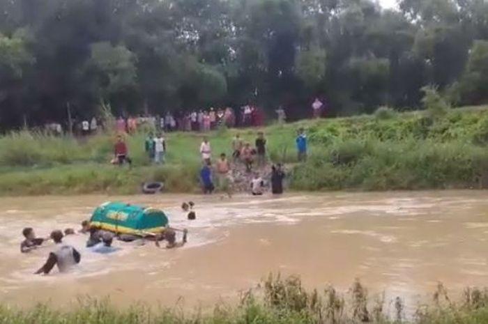 Tak Ada Jembatan Penghubung ke Pemakaman, Warga Terpaksa 'Hanyutkan' Keranda Berisi Jenazah di Kali Lamong Gresik
