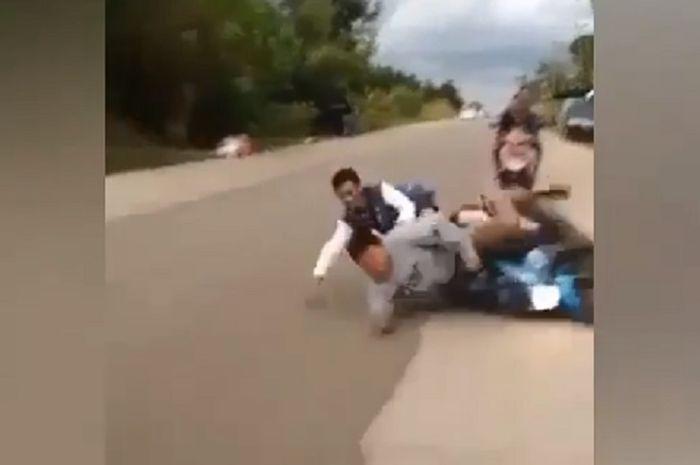 Dua bocah ndlosor karena bercanda di atas motor