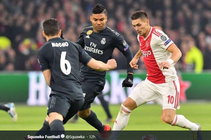 Penyerang Ajax Amsterdam, Dusan Tadic, mencoba melewati adangan pemain Real Madrid, Nacho Fernandez dan Casemiro, 13 Februari 2019, saat laga leg I babak 16 besar Liga Champions di Johan Cruijff Arsena, Amsterdam.