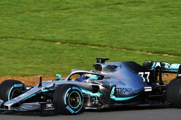 Mercedes W10 saat sesi shakedown di Silverstone