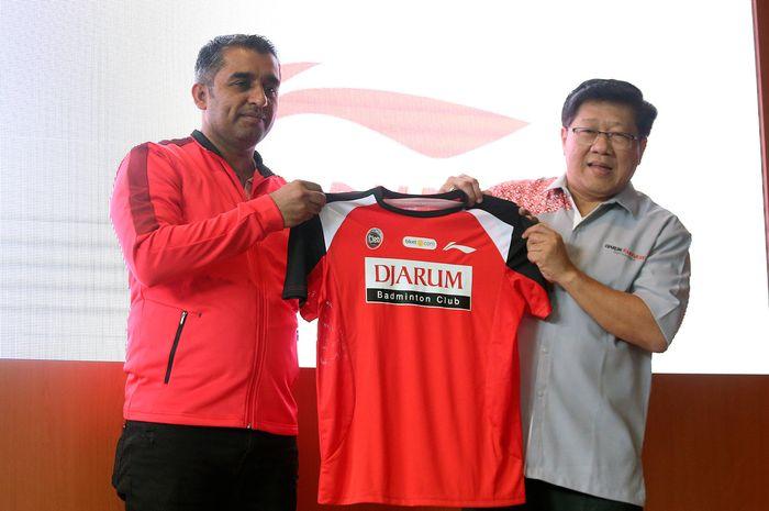 Director PT Sunlight Sport Indonesia, Hardeep Singh, dan Program Director Bakti Olahraga Djarum Foundation, Yoppy Rosimin, berpose di hadapan wartawan pada konferensi pers di Senayan, Jakarta, Kamis (13/2/2019).