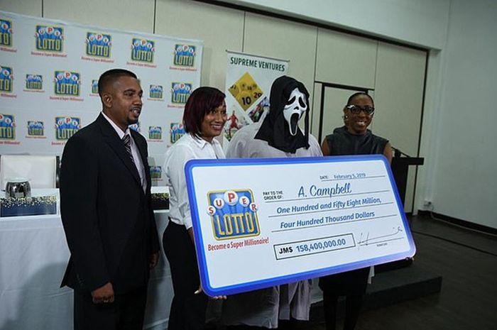 Seorang pria pemenang lotere menggunakan topeng