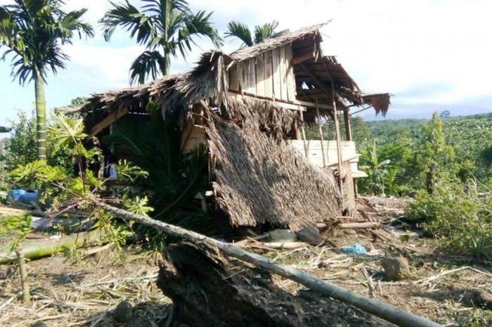 Rumah warga yang hancur akibat serangan gajah liar di Simpang Keramat, Aceh Utara.