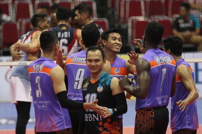 Tim bola voli Jakarta BNI 46 bereaksi setelah mencetak poin melawan Surabaya Bhayangkara Samator pada final four Proliga 2019 di GOR Ken Arok, Malang, Jumat (15/2/2019).