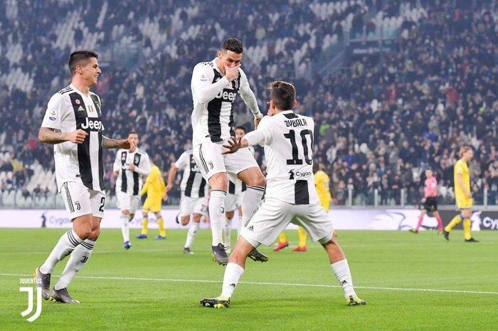 Paulo Dybala (kanan) dan Cristiano Ronaldo merayakan gol dengan gaya perpaduan masing-masing dalam partai Juventus vs Frosinone di Allianz Stadium Turin, 15 Februari 2019.