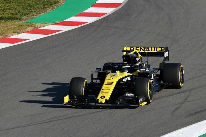Pembalap tim Renault, Daniel Ricciardo tengah mencoba RS19 di Barcelona (16/2/2019)