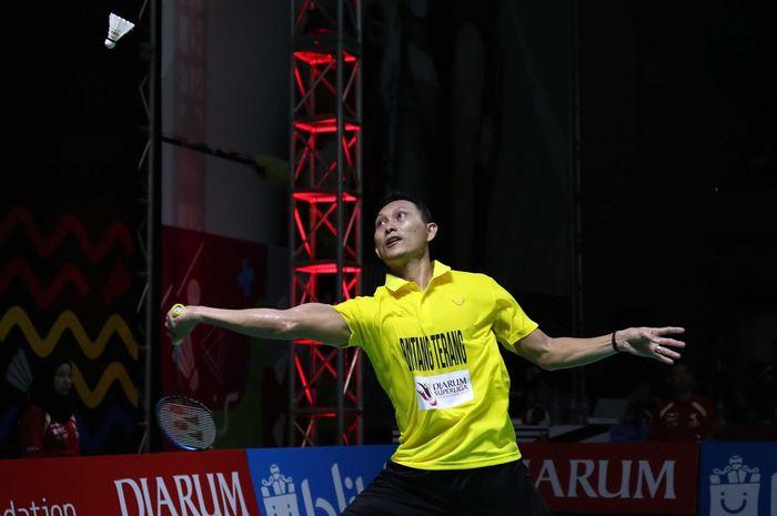 Pebulu tangkis tunggal putra Indonesia, Sony Dwi Kuncoro, mengembalikan kok ke arah Ihsan Maulana Mustofa pada laga penyisihan pertama Djarum Badminton Superliga 2019 Jatim United melawan PB Djarum di GOR Sabuga, Bandung, Senin (18/2/2019).