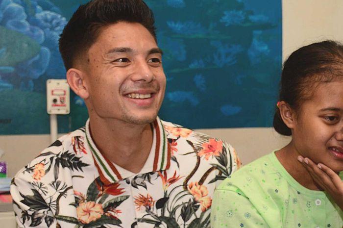 Pemain Persib Bandung, Kim Jeffrey Kurniawan (kiri) dan bobotoh bernama Nabilla Yulianti.