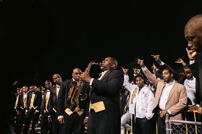 Alumni organisasi sosial Alpha Phi Alpha di Clark Atlanta University menyambut anggota baru (kiri) organisasi huruf Yunani tertua untuk kaum Amerika Afrika, yang dianggotai oleh Frederick Douglass, W.E.B. Du Bois, dan Martin Luther King, Jr.