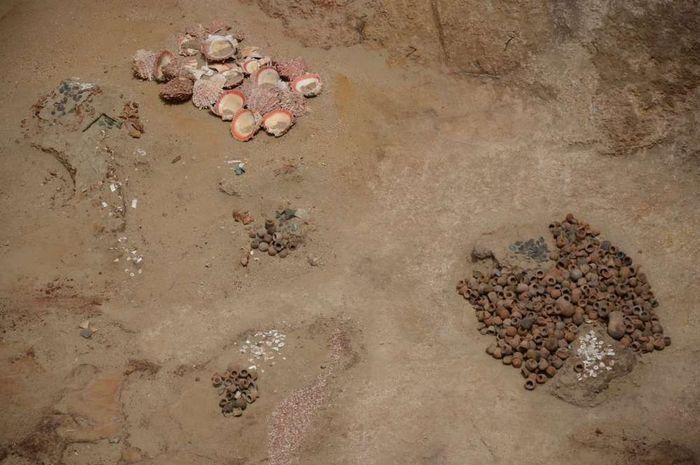 Artefak yang ditemukan di makam.