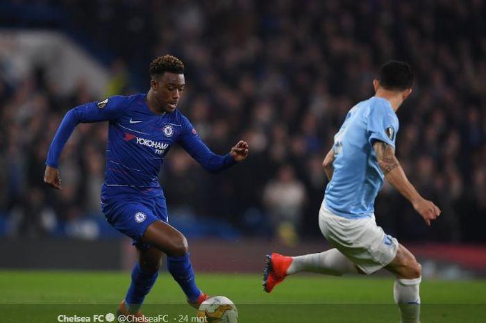 Pemain muda Chelsea, Callum Hudson-Odoi, berusaha melewati hadangan pemain Malmo saat keduanya berlaga di leg kedua babak 32 besar Liga europa pada Jumat (22/2/2019) di Stadion Stamford Bridge, London.