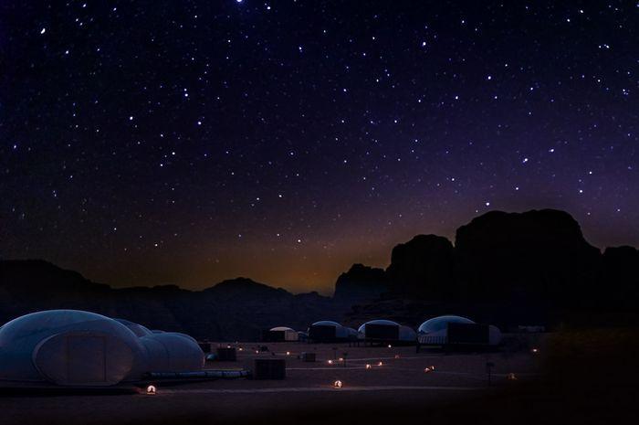 Langit penuh bintang di gurun Wadi Rum.