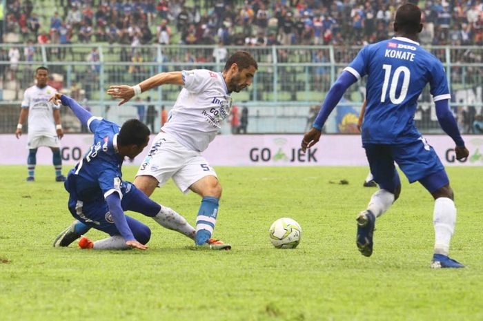 Gelandang Persib Bandung Srdjan (Srdan) Lopicic (tengah) ditekel pemain Arema FC dalam duel leg kedua babak 16 besar Piala Indonesia di Stadion Kanjuruhan, Kabupaten Malang, Jumat (22/2/2019) sore WIB.