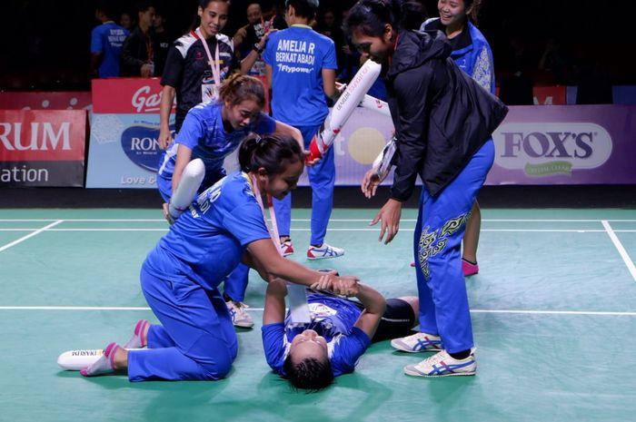 Tim putri Berkat Abadi melakukan selebrasi setelah memastikan tempat di posisi ketiga pada Djarum Superliga Badminton 2019 di GOR Sabuga, Bandung, Sabtu (23/2/2019).