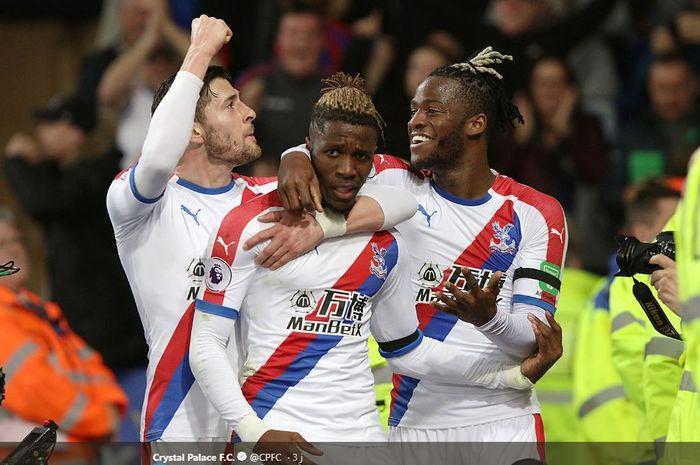 Luka Milivojevic, Wilfried Zaha, dan Michy Batshuayi merayakan gol Crystal Palace ke gawang Leicester City pada laga Liga Inggris, Sabtu (23/2/2019) di Stadion King Power, Leicester.