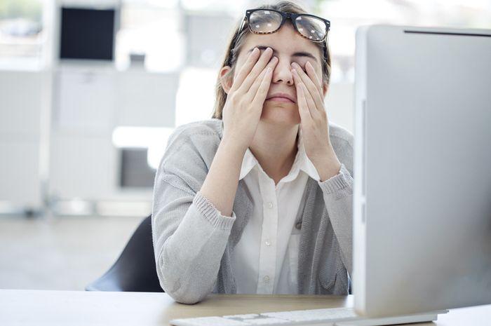 Menatap layar komputer atau gadget dapat menimbulkan mata lelah, membuat mata terasa panas, kering, berair.