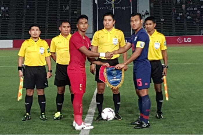 Kapten timnas U-22 Indonesia Bagas Adi Nugroho bersama Kapten timnas U-22 Thailand Saringkan Promsupa sebelum pertandingan final Piala AFF U-22 2019 digelar pada hari Selasa (26/2/2019).