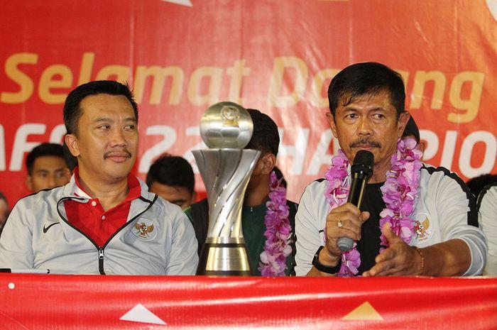 Pelatih timnas U-22 Indonesia, Indra Sjafri (kanan), dan Menpora Imam Nahrawi dalam acara penyambutan kontingen timnas U-22 Indonesia pascamenjuarai Piala AFF U-22.