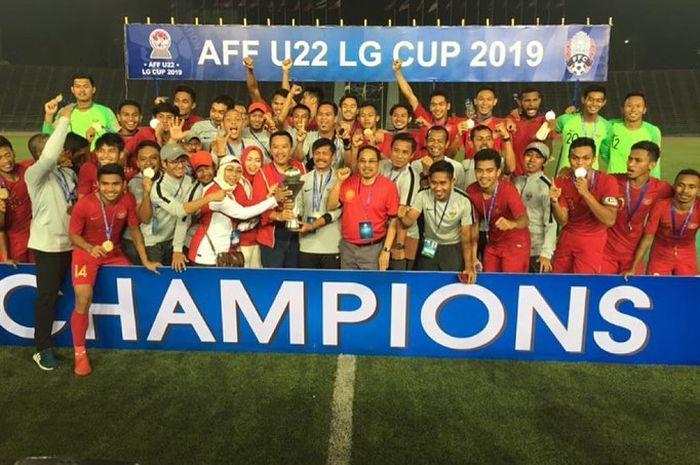 Imam Nahrawi merayakan keberhasilan timnas U-22 Indonesia dalam ajang Piala AFF U-22 2019 bersama para pemain, pelatih, dan staff.