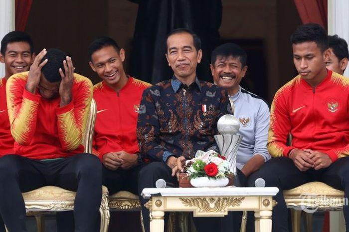 Presiden Joko Widodo berbincang dengan pemain Timnas U-22 Indonesia serta ofisial di beranda Istana Merdeka, Jakarta, Kamis (28/2/2019). Presiden memberikan bonus kepada pemain timnas U-22 yang menjadi juara pada kejuaraan AFF U-22 setelah mengalahkan Thailand dengan skor 2-1. Presiden berharap timnas U-22 untuk meningkatkan prestasi selanjutnya dengan menjuarai AFC dan Sea Games.