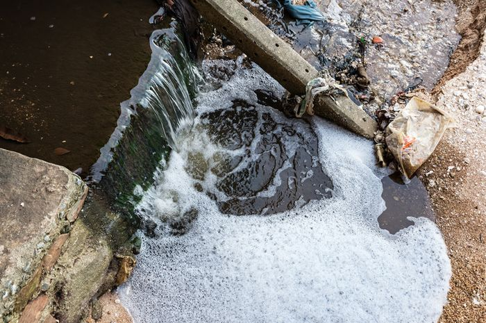 Ilustrasi sungai tercemar.