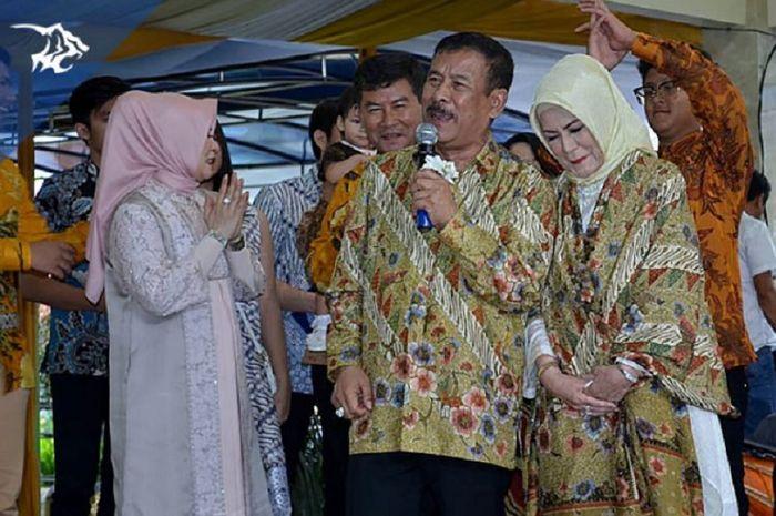Manajer Persib Bandung Umuh Muchtar, didamping istrinya, Pipin Muchtar, menyampaikan sambutan dalam acara ulang tahun pernikahan ke-50 di kediamannya di Tanjungsari, Kota Bandung, Kamis (28/2/2019).